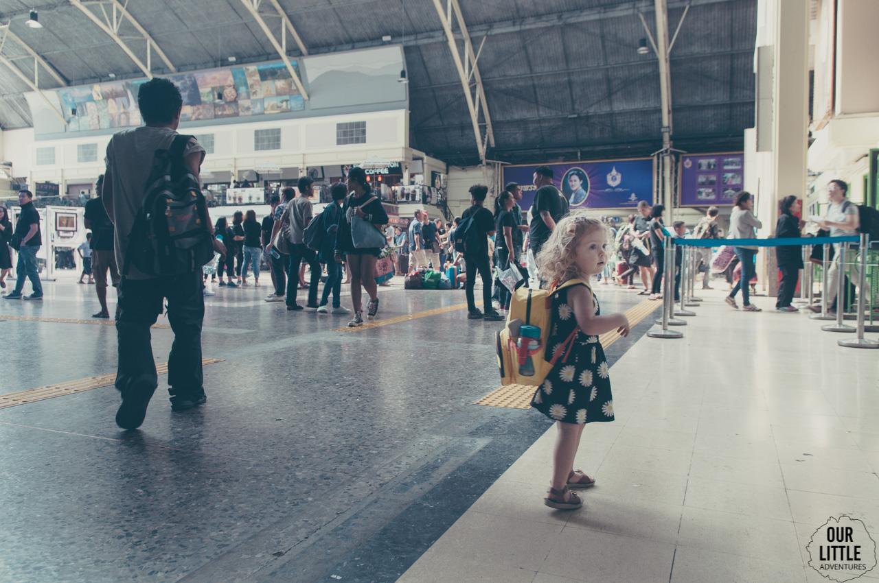 Czekamy na dworcu kolejowym w Bangkoku na pociąg do Ayutthaya