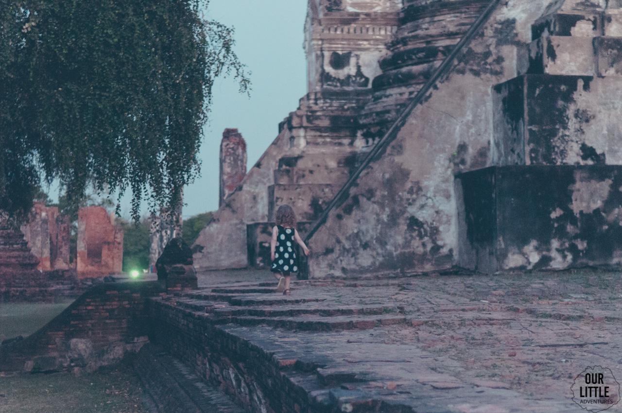 Dziecko spaceruje w Wat Phra Sri Sanphet w Ayutthaya