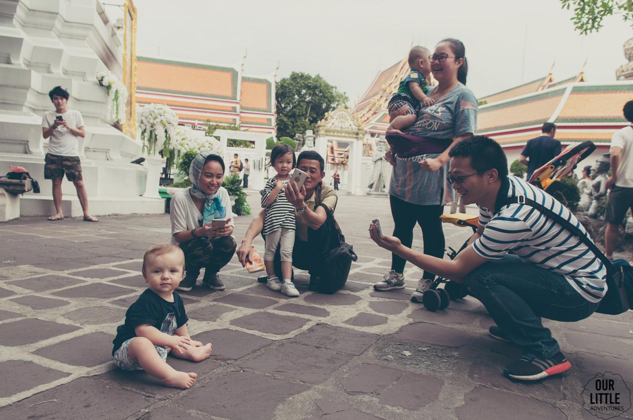 Jasio obiektem zainteresowania Tajów przy świątyni Wat Phra Kaew w Bangkoku