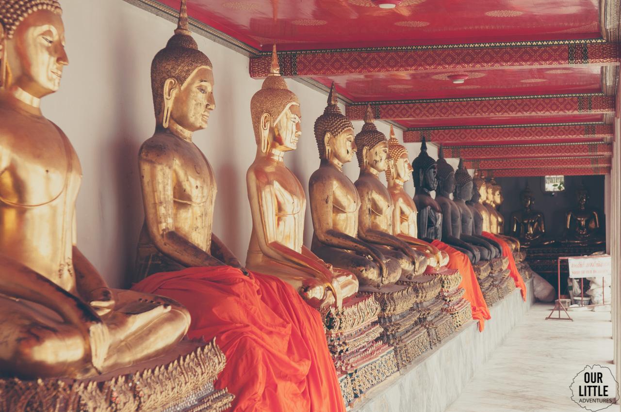 Posążki Buddy w Wat Phra Kaew