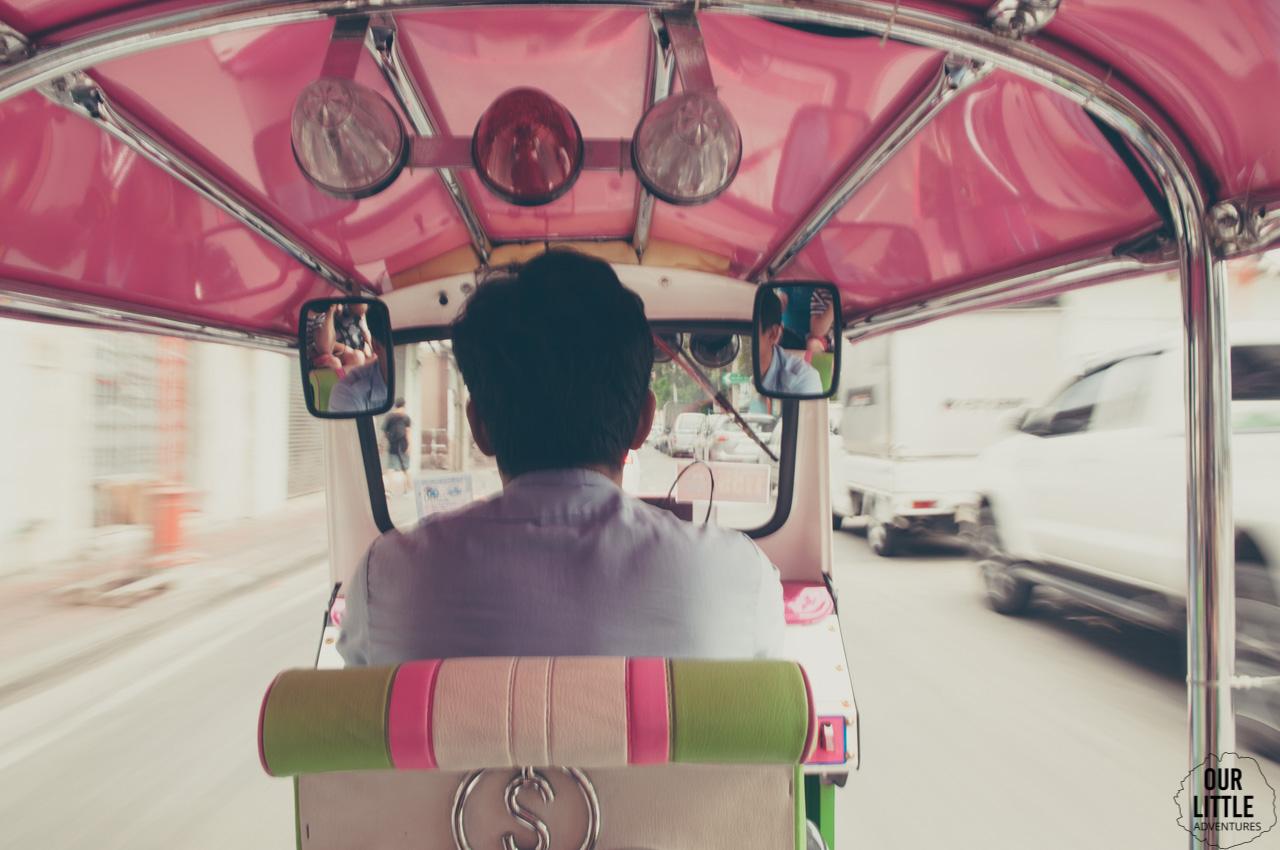 Wnętrze tuk-tuka w Bangkoku