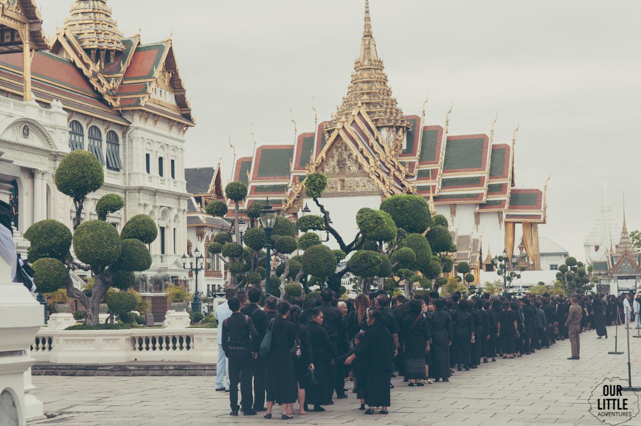 Kolejka do trumny króla Rama IX przed Pałacem Królewskim w Bangkoku