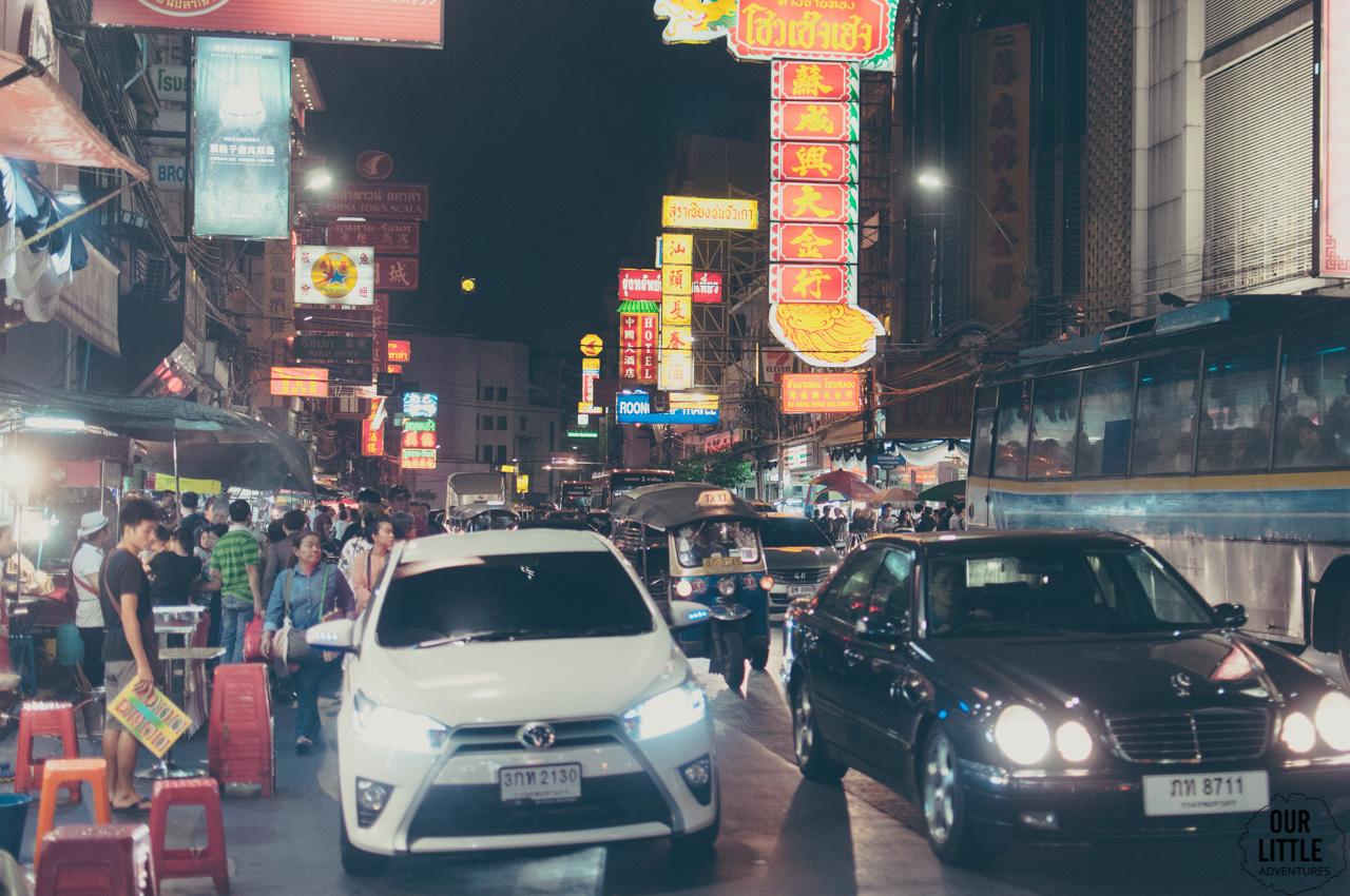 ruch uliczny w Chinatown w Bangkoku