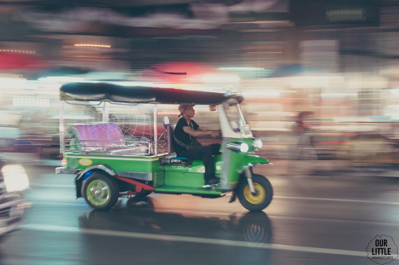 Pędzący tuk tuk na ulicach Bangkoku