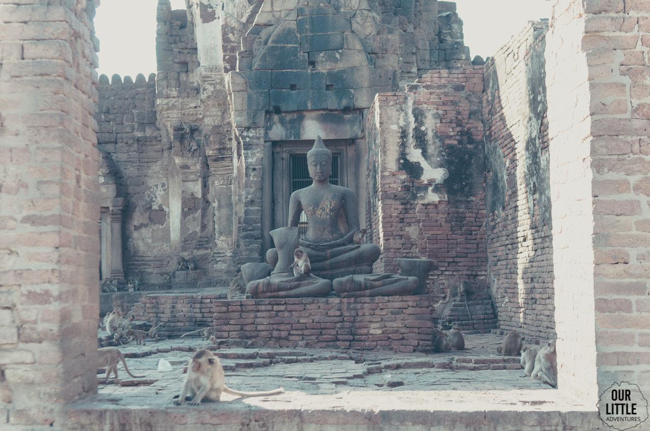 Budda w świątyni Phra Prang Sam Yot w mieście małp Lopburi