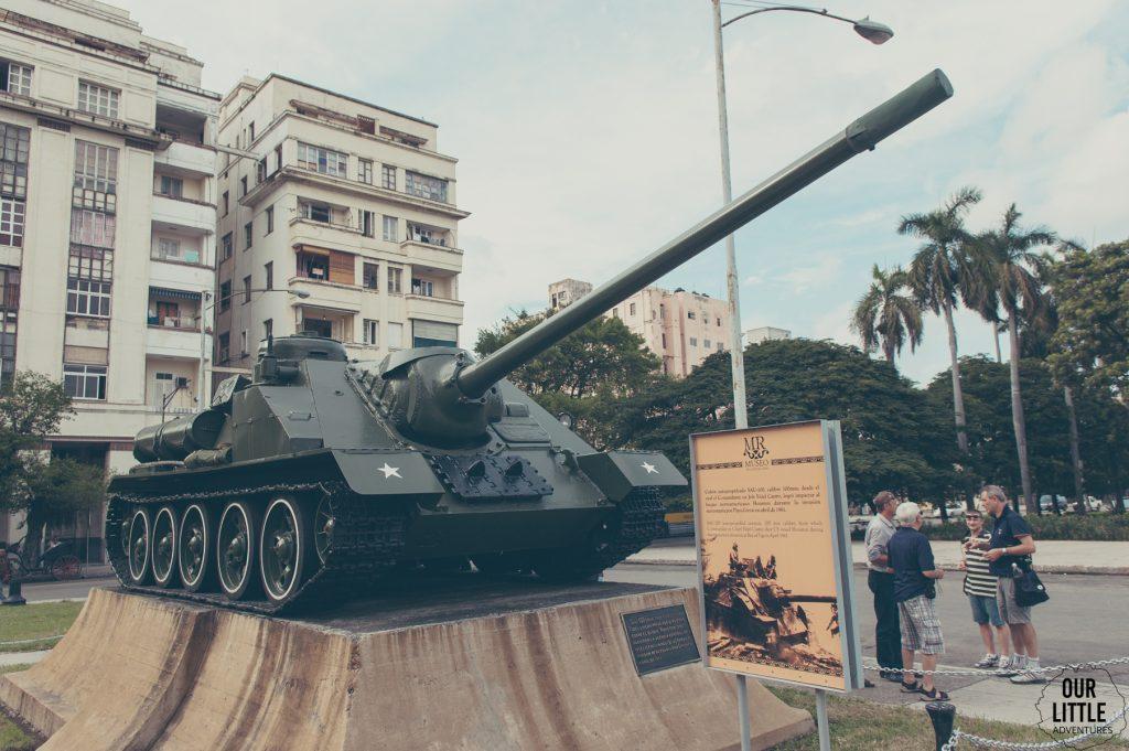 Czołg stojący na cokole przed muzeum rewolucji w Hawanie