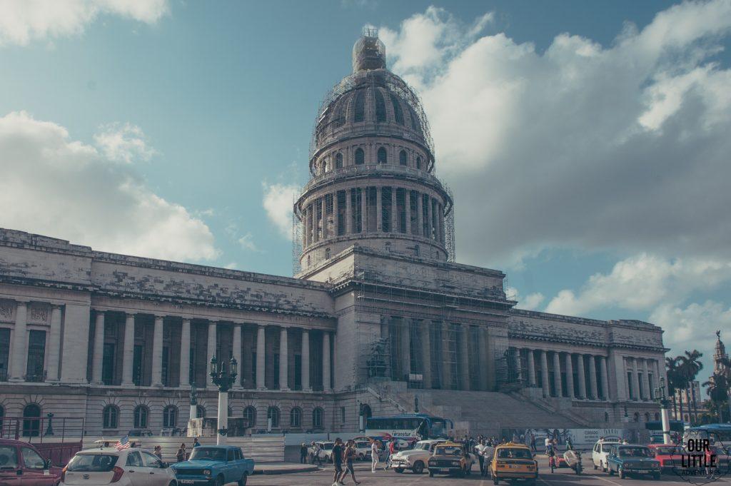w centrum hawany stoi budynek podobny do amerykańskiego białego domu - el capitolio