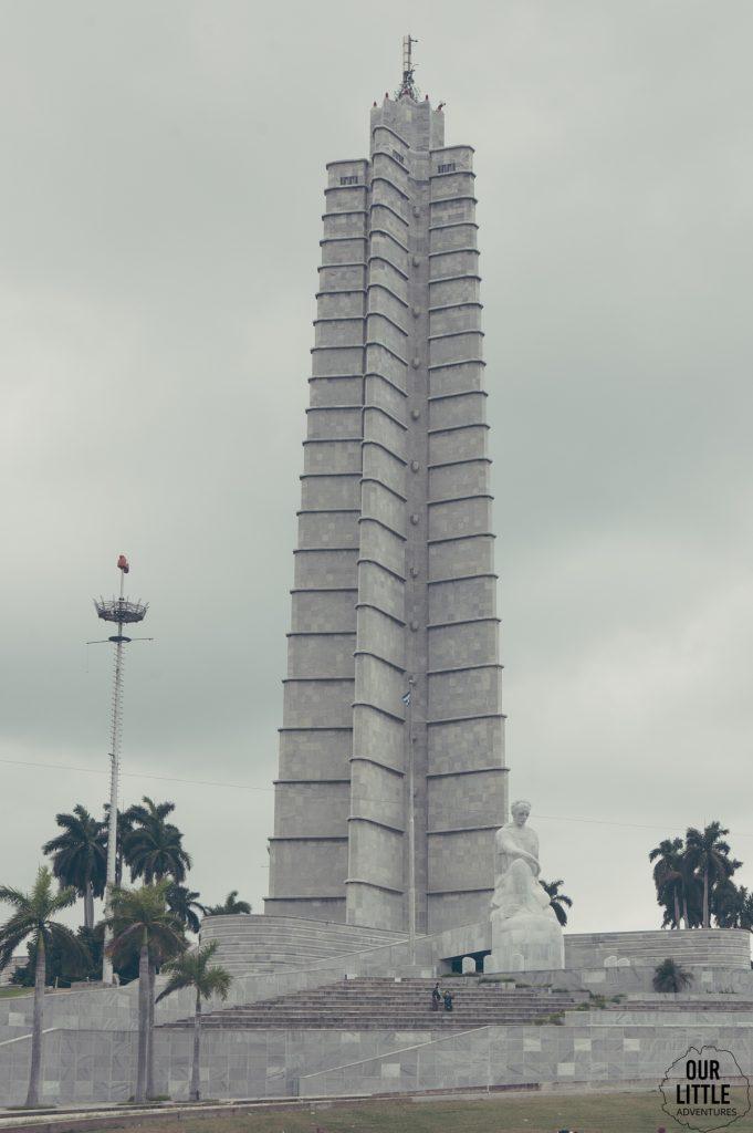 Pomnik Jose Marti w Hawanie. Wysoka wieża o przekroju czteroramiennej gwiazdy.