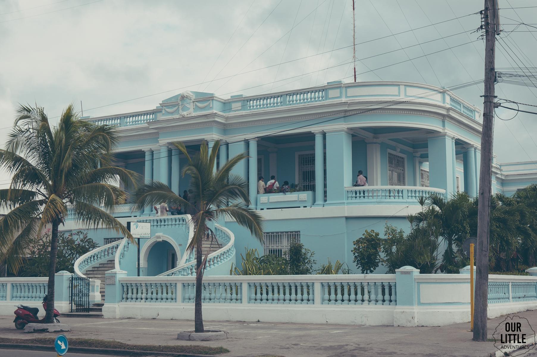 Niebieska, kolonialna willa w Cienfuegos