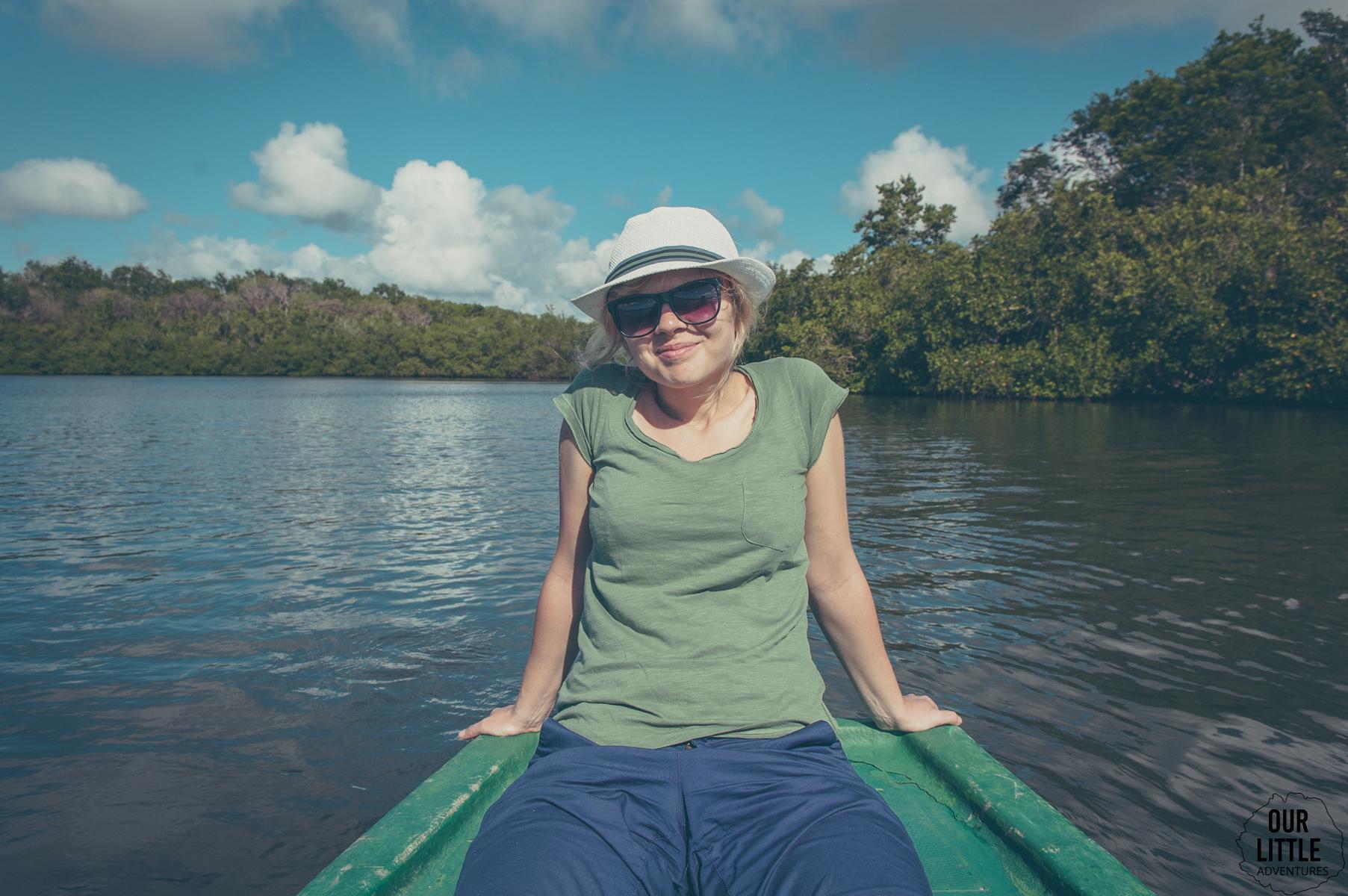 po Laguni Guanaroca pływa się łódką z przewodnikiem.