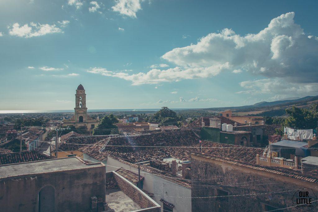 Kubanski Trinidad to piękne kolorowe miasto. Widok z paladaru na dzwonnicę kościoła