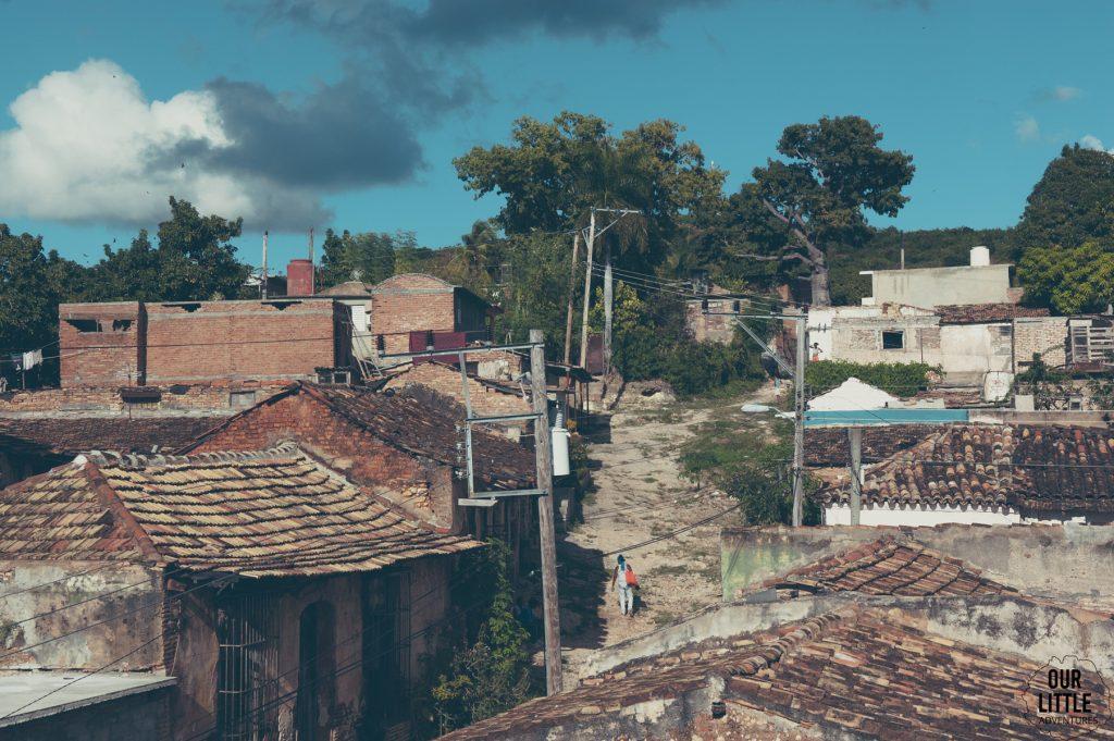 brukowane ulice Trinidadu oraz czerowna dachówka to charakterstyczne cechy tego południowokubańskiego miasta, które tworzy jedno z bardziej kolorowych miast kuby