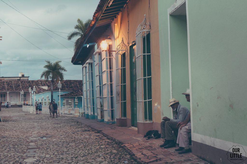 w kolorowe domy Trinidadu wtapiają sie jego mieszkańcy