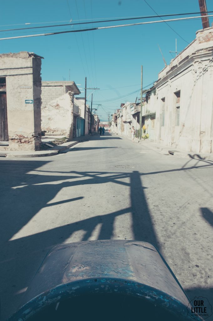 zwiedzanie santiago de cuba z perspektywy kosza przymocowanego do motocykla