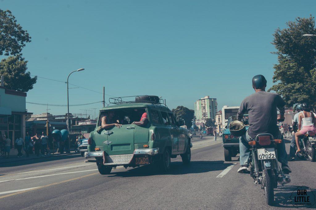 Stare samochody na ulicy w Santiago de Cuba