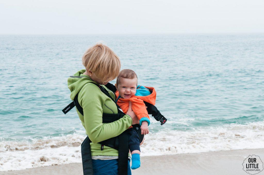 plaża w Valparaiso - Chile z dzieckiem w nosidle