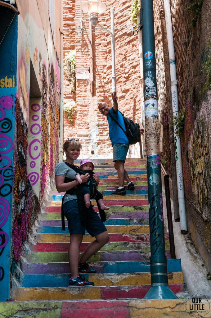 kolorowe schody w Valparaiso - chile z dzieckiem