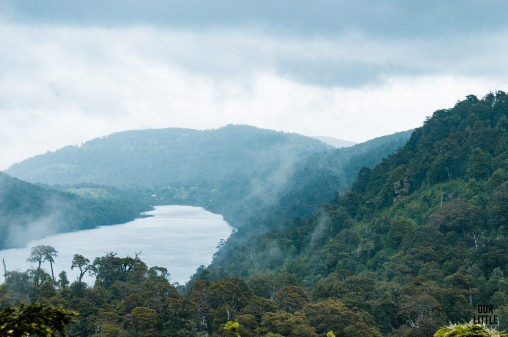 widok na jezioro w Parku Narodowym Huerquehue