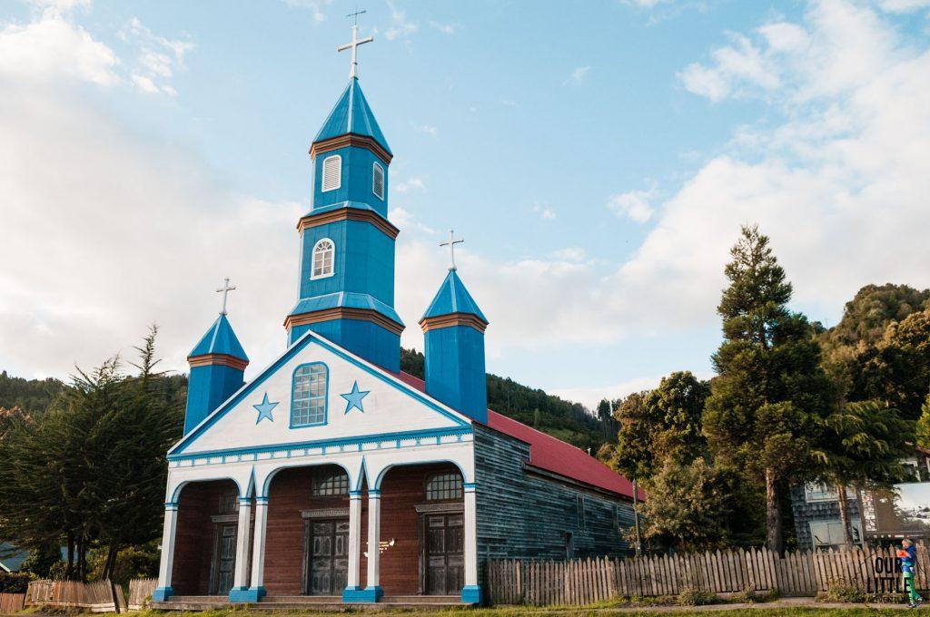 drewniany niebieski kościół Tenaun