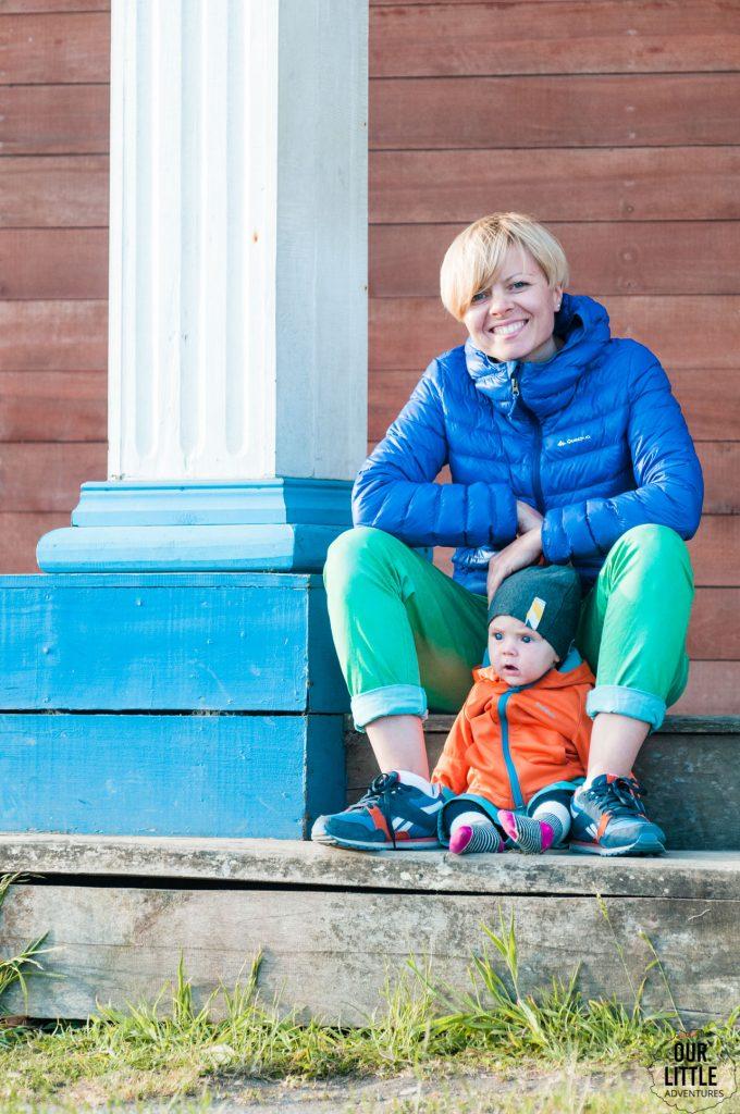 matka z dzieckiem na schodach drewnianego kościoła Tenaun