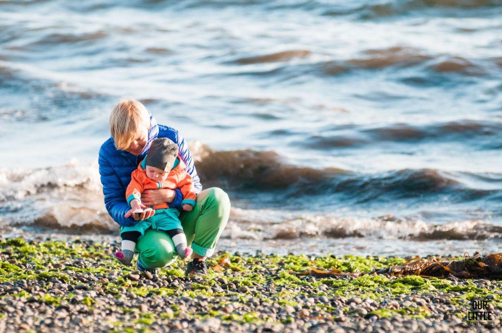 matka z dzieckiem na wybrzeżu Chiloe - Tenaun