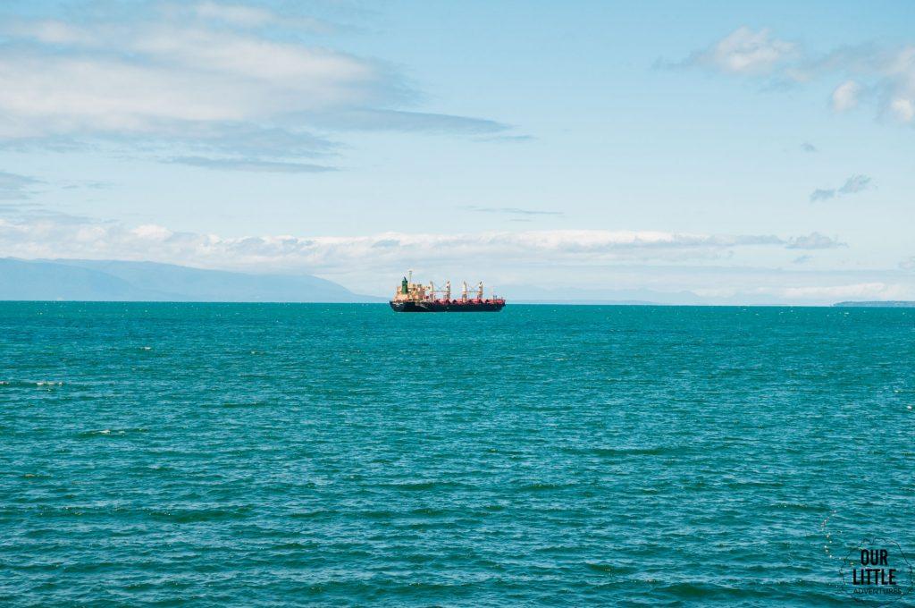 statek transportowy u wybrzeży Frutillar