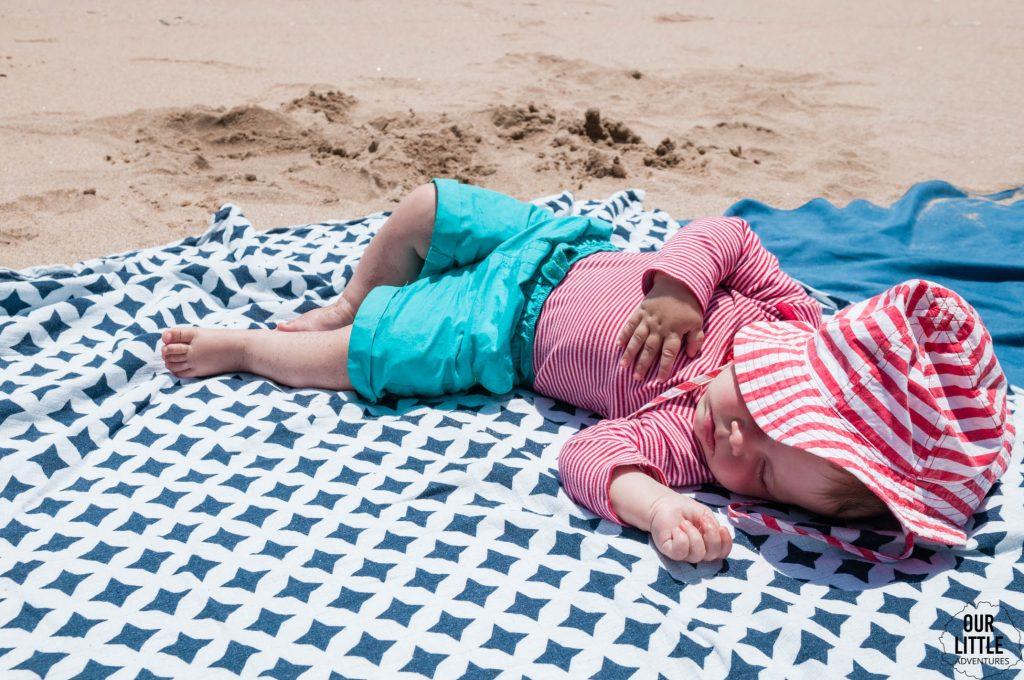 Dziecko śpiące na kocu na plaży w Vina del Mar