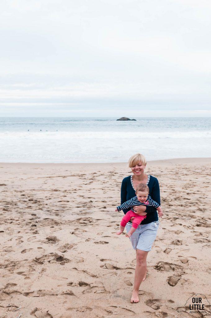 Kobieta z dzieckiem na plaży w Vina del Mar