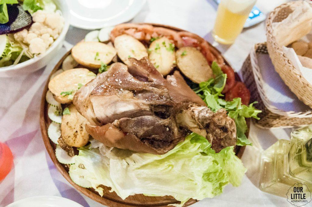 Golonka zaserwowana z ziemniakami oraz sałatą