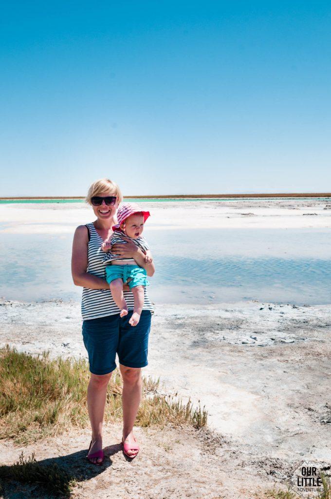 Kobieta z dzieckiem stojąca przy Lagunie Cejar