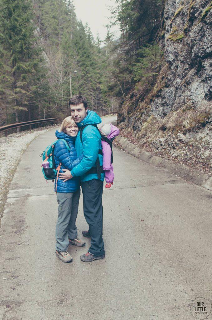 Para z dzieckiem w nosidle na drodze w Parku Apuseni