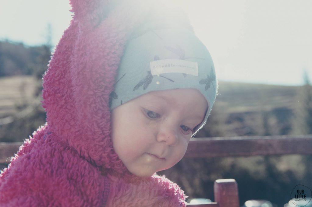 Dziecko ubrane w czapkę i polar