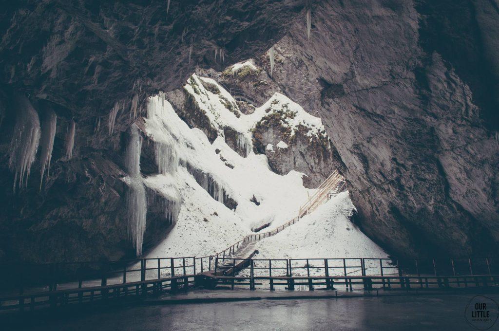 Wejście do jaskini w Rumunii
