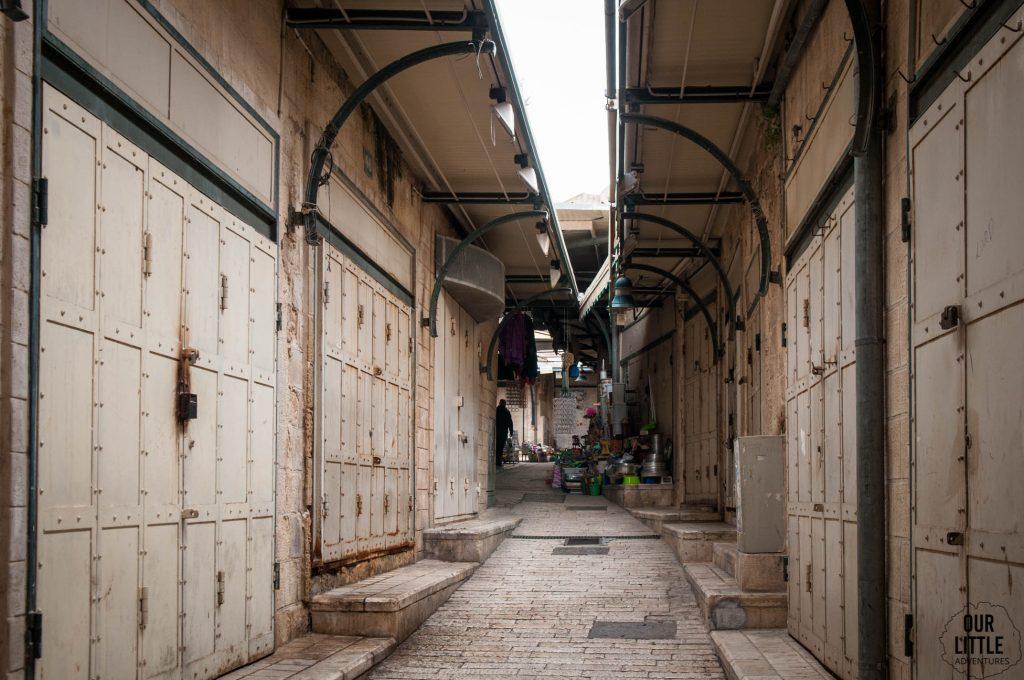 pusta uliczka Starego Miasta w Nazaret
