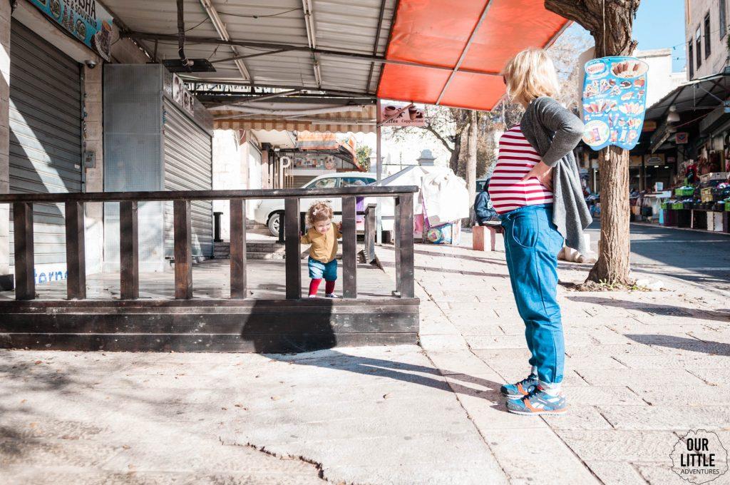 Karolina z Manią na chodniku w Nazaret