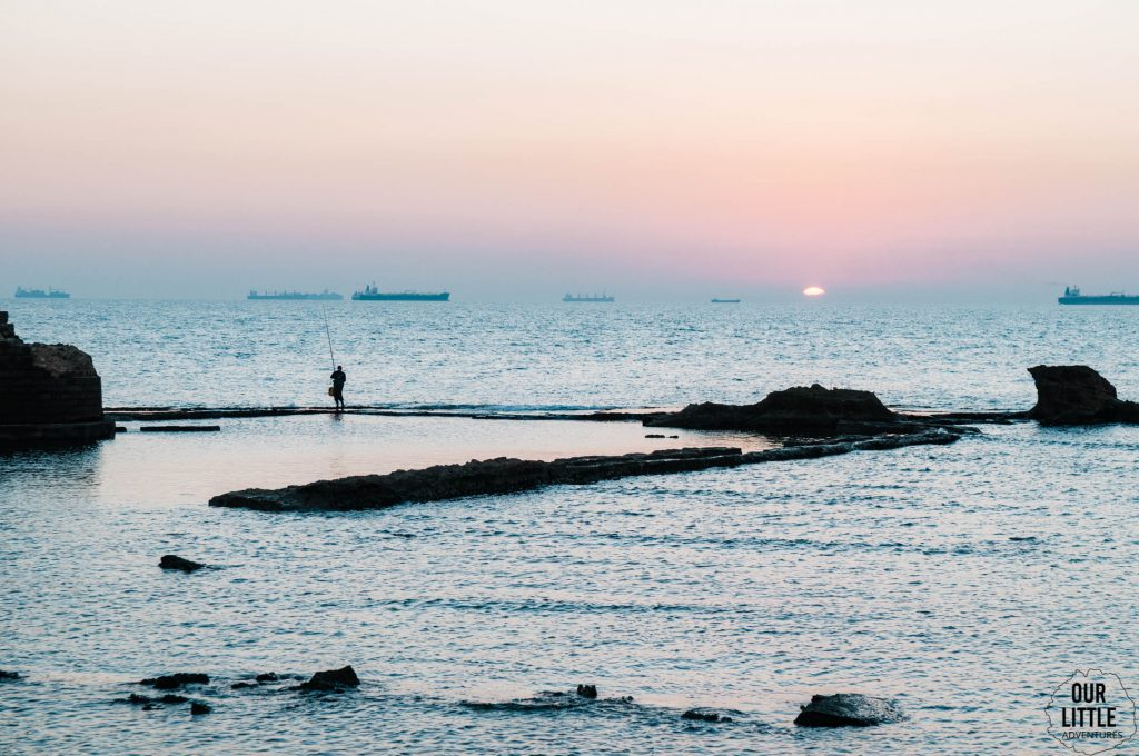 Zachód słońca w porcie w Akka