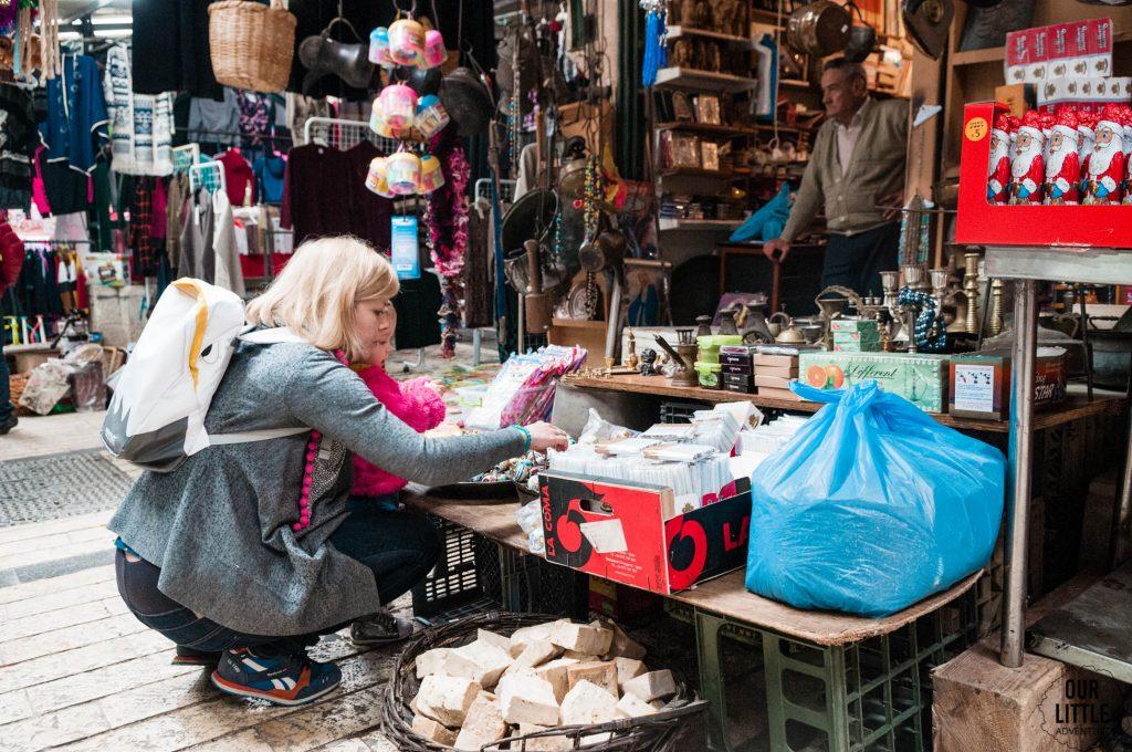 Karolina z Manią przeglądają na starym mieście kolczyki