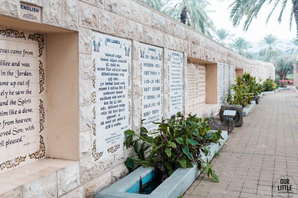 tablice przy miejscu chrztu jezusa