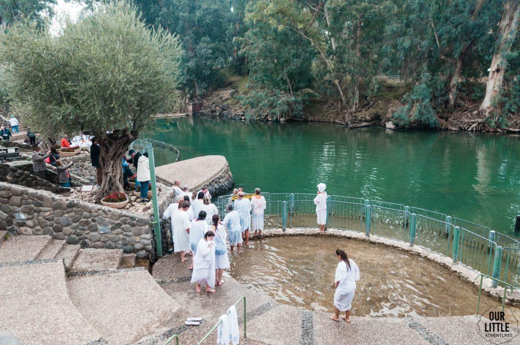 miejsce chrztu Jezusa, turyści odnawiający swoj chrzest