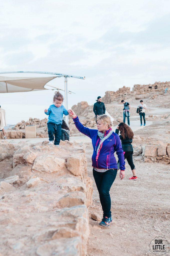 Karolina trzyma Manię za rękę gdy ta chodzi po murku Twierdzy Masada