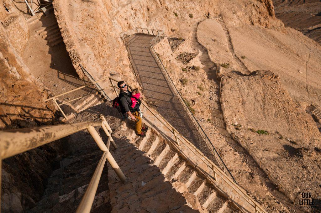 Zejście schodami z Masady