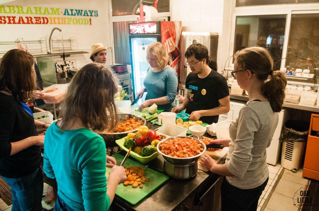 Wspólne przygotowywanie kolacji w hostelu Abraham