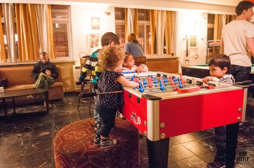 Mania integruje się z innymi dziećmi w Abraham Hostel