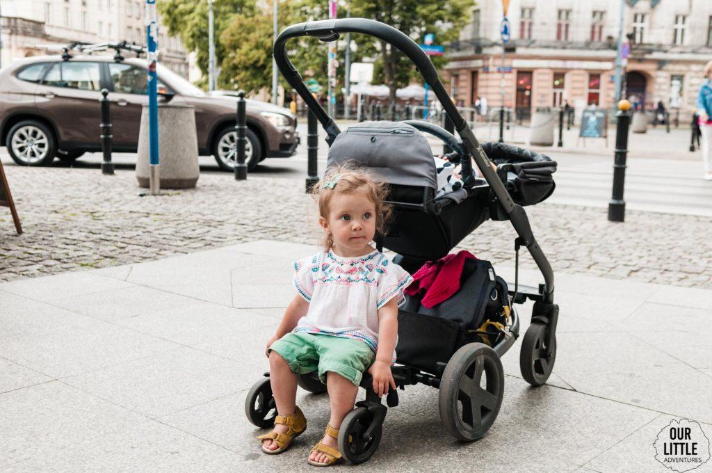 MAnia siedzi na podstawce wózka X-lander X-cite