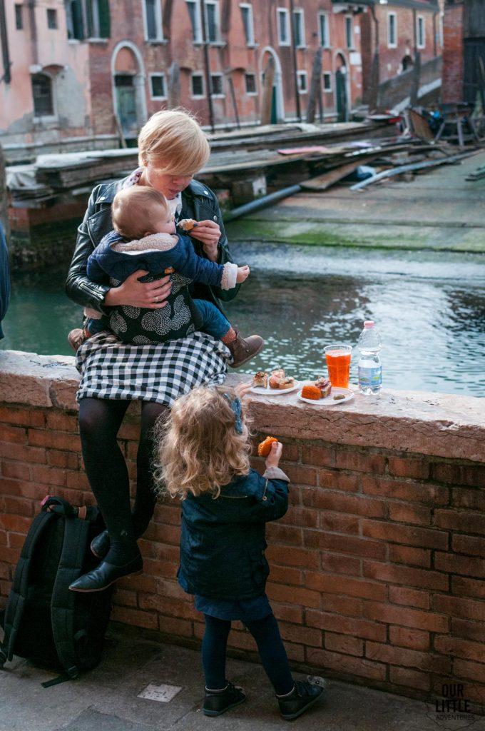 Jedzenie na murku w Wenecji