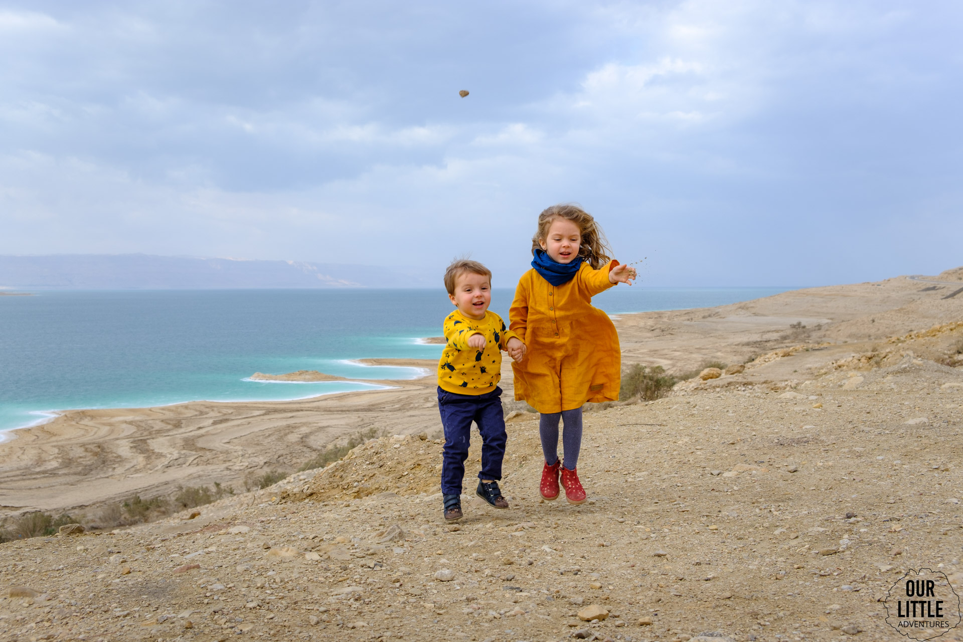 Dzieci rzucają kamieniami ze zbocza Morza Martwego