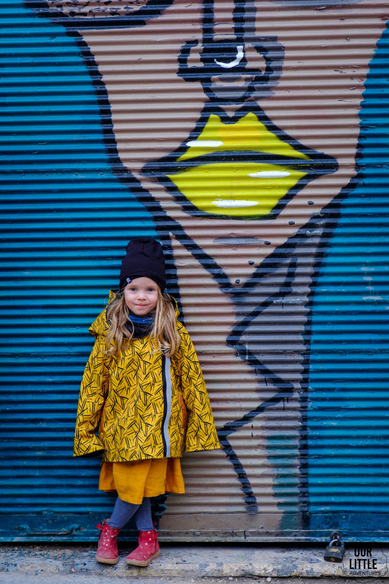 Marianka na tle street artowej grafiki w Madabie
