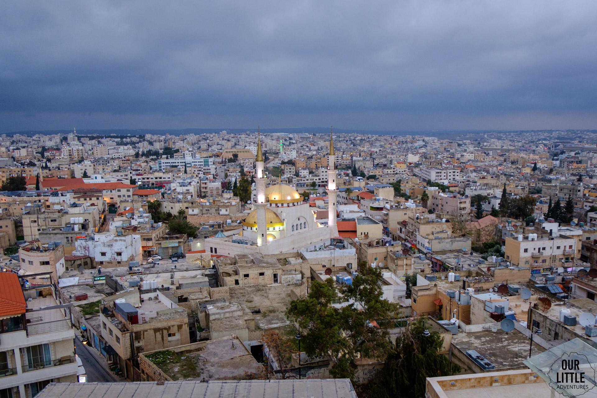 Widok z bazyliki św. Jana Chrzciciela w Mabadnie. Widoczny piękny meczet