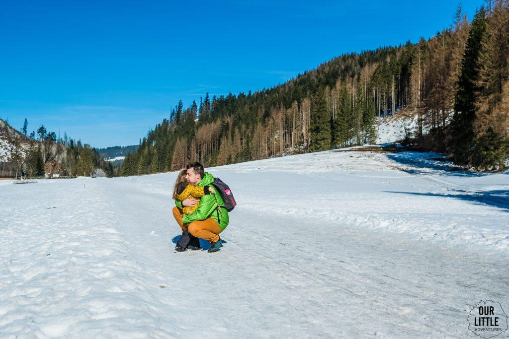 Mężczyzna przytula dziewczynkę, Dolina Kościeliska, Tatry, zdjęcie autorstwa OurLittleAdventures.pl