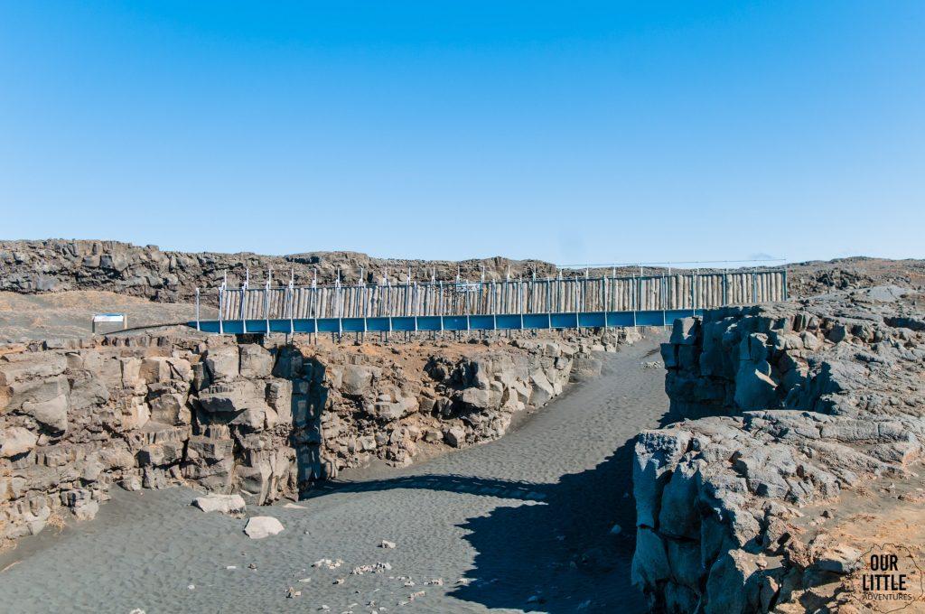 most łączący dwie płyty tektoniczne na półwyspie Reyjkianes na Islandii